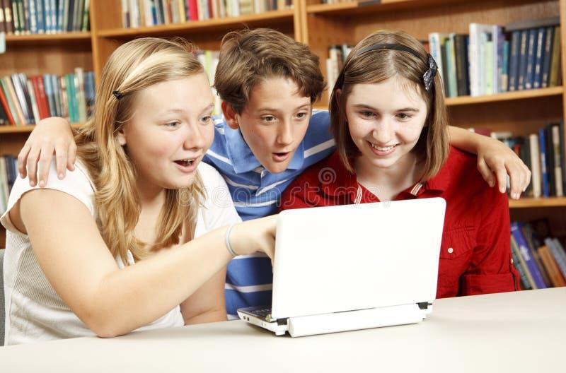 Éducation d'Internet - gosses étonnés photos stock