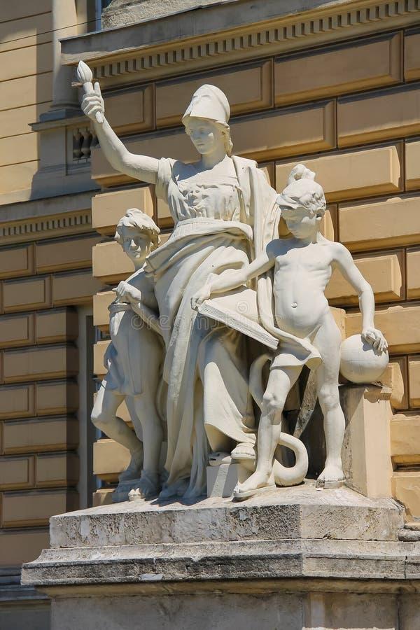 Éducation de composition en sculpture sur la façade image stock