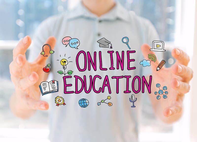 Éducation en ligne avec l'homme tenant ses mains image libre de droits