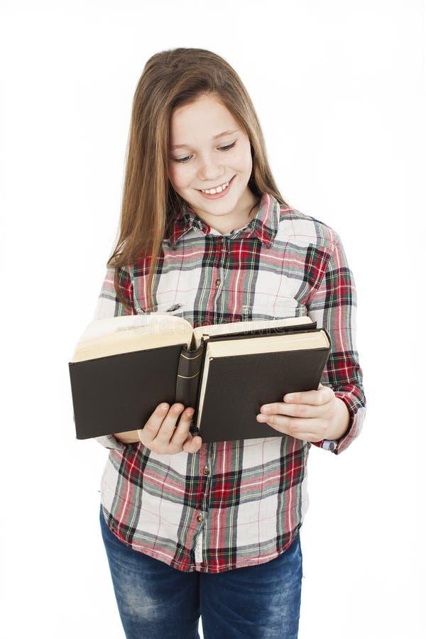 Éducation et concept d'école - livre de lecture debout de fille adolescente d'étudiant images stock