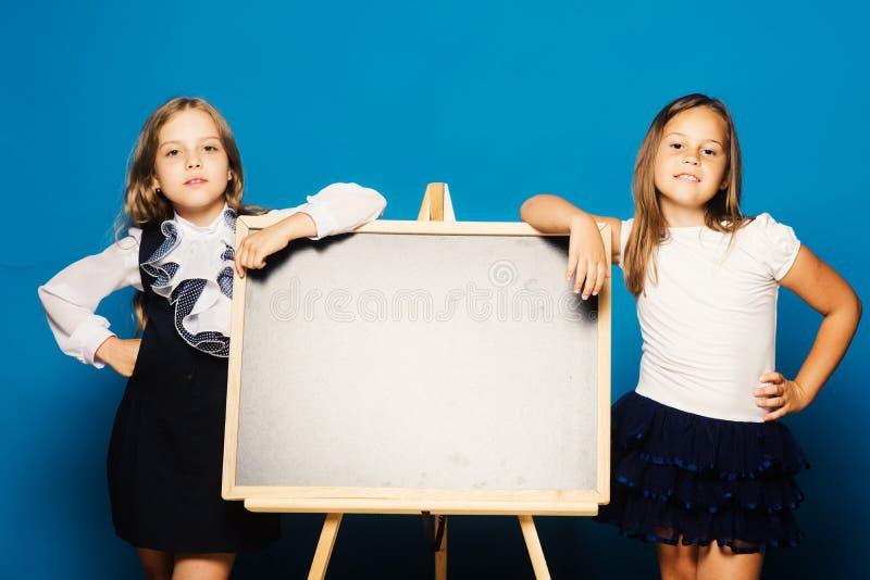 Éducation et concept d'école Maigre d'enfants sur le tableau noir photographie stock libre de droits