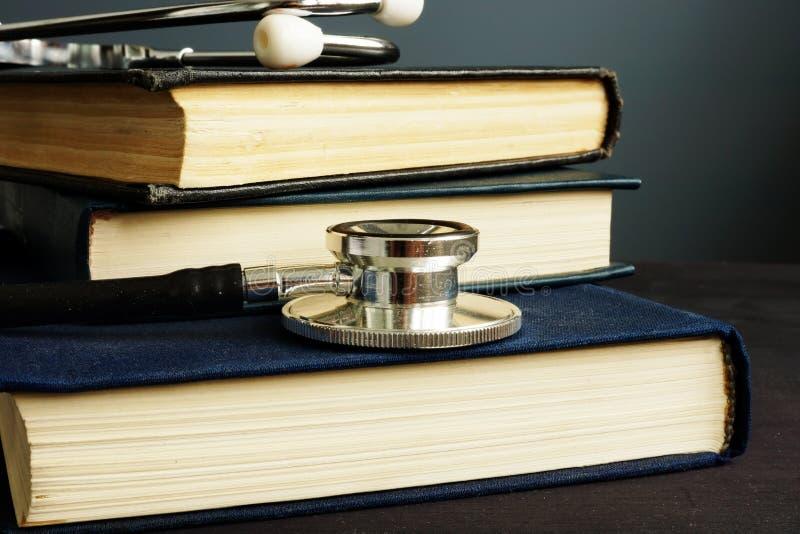 Éducation médicale Stéthoscope et livres sur un bureau photographie stock libre de droits