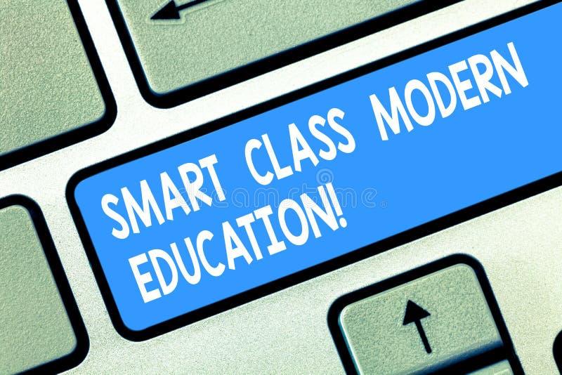 Éducation moderne de classe futée des textes d'écriture Concept signifiant les salles de classe technologiques à jour apprenant l photo stock