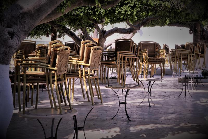 égalisant le café avant de commencer le travail en Tunisie, les chaises n'ont élevé - aucun client photographie stock libre de droits
