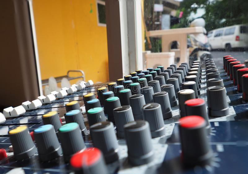 Égaliseur analogue pour le mixeur son avec le bouton et la ligne ronds bouton photos stock