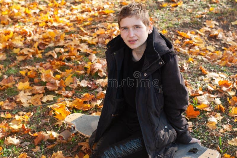 Égalité entre les sexes, fille en parc d'automne, fille sur une planche à roulettes, concept de LGBT, photos stock