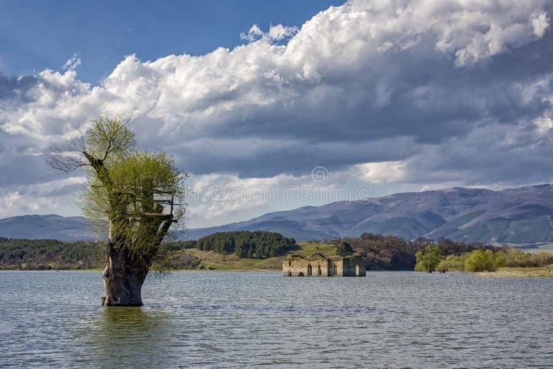 Église abandonnée dans le barrage dans Jrebchevo Bulgarie photographie stock libre de droits