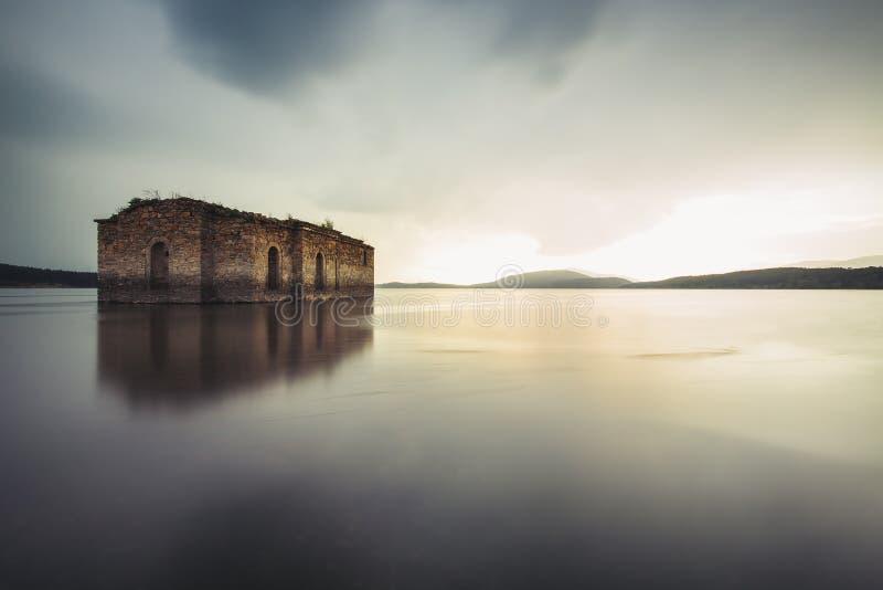 Église abandonnée dans le barrage Jrebchevo, Bulgarie photo libre de droits