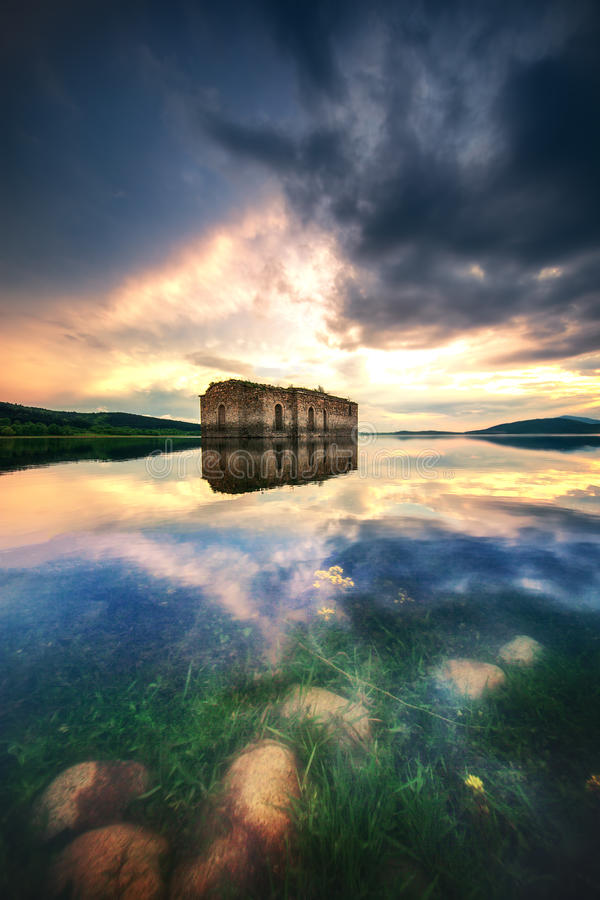 Église abandonnée dans le barrage Jrebchevo, Bulgarie photos stock