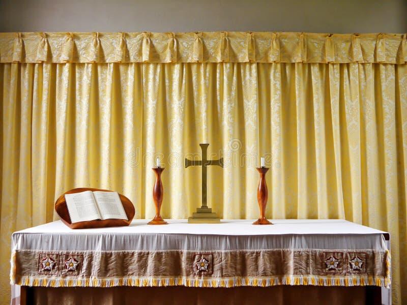 Église : autel moderne simple avec des bougies photographie stock