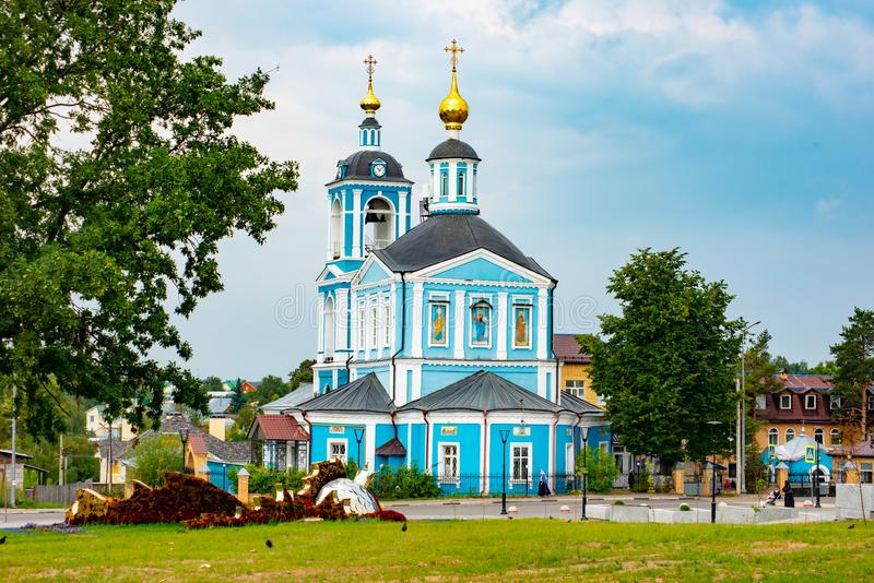 Église avec de beaux dômes d'or Sergiev Posad 2018 photos stock