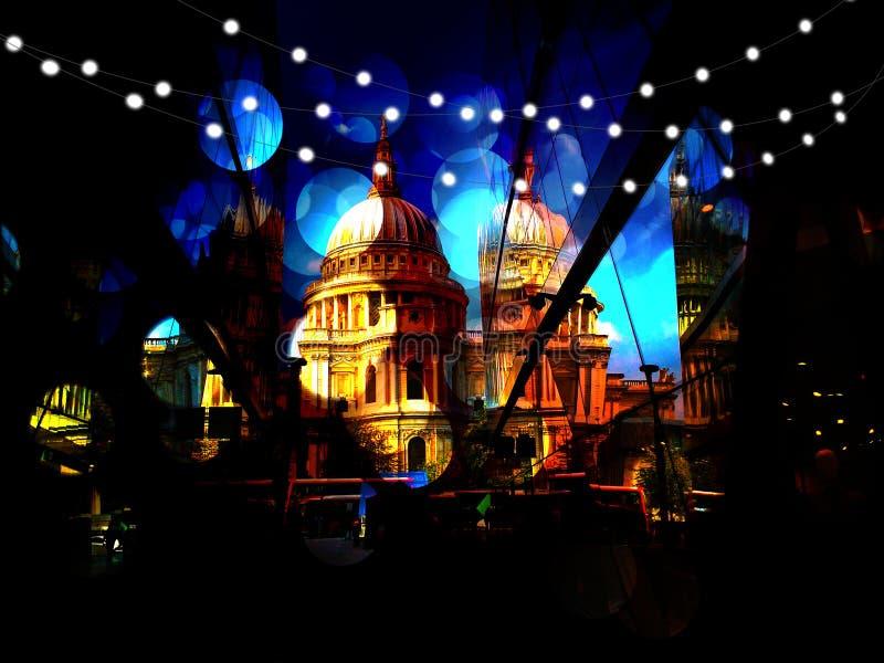 Église avec les lumières de fête photos libres de droits
