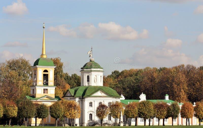 Église avec une tour de cloche dans le patrimoine de Kuskovo images stock