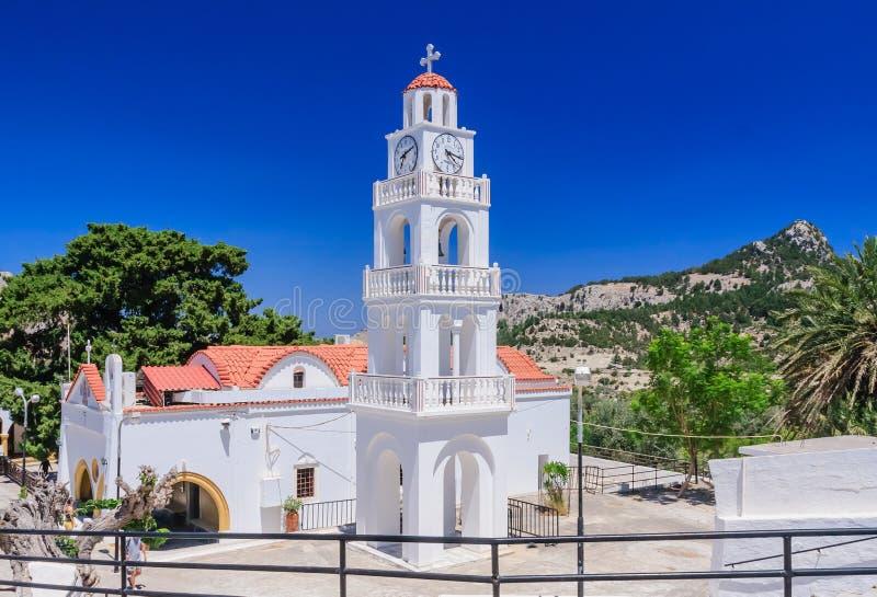 Église avec une tour de cloche Kato Monastery Tsambika rhodes image stock