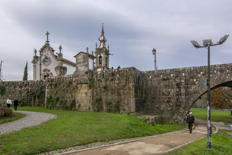 Église baroque de Santo Antonio et de Roman Bridge du village de Ponte De Lima photographie stock libre de droits