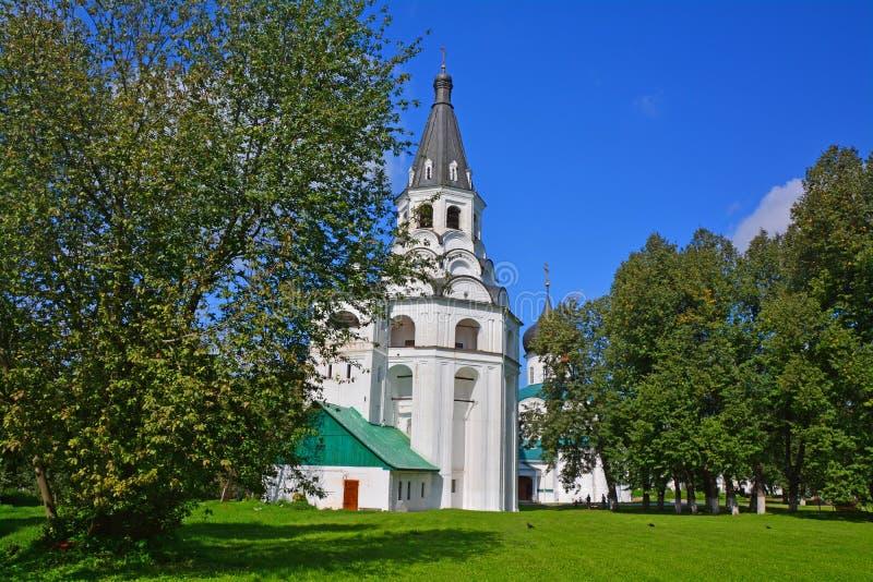 Église-belltower de Crusifiction et cellules du tsarevna Marfa Alekseevna dans le monastère d'hypothèse en Alexandrov, Russie images libres de droits