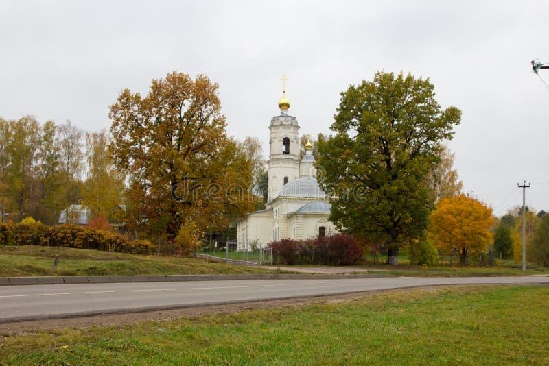 Download Église blanche photo stock. Image du église, nature, chrétien - 45352522