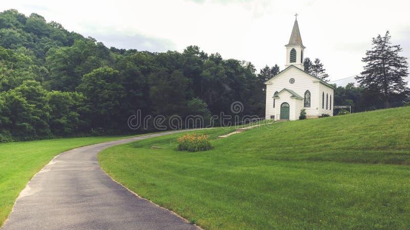 Église blanche de pays sur Hillside herbeux photo stock