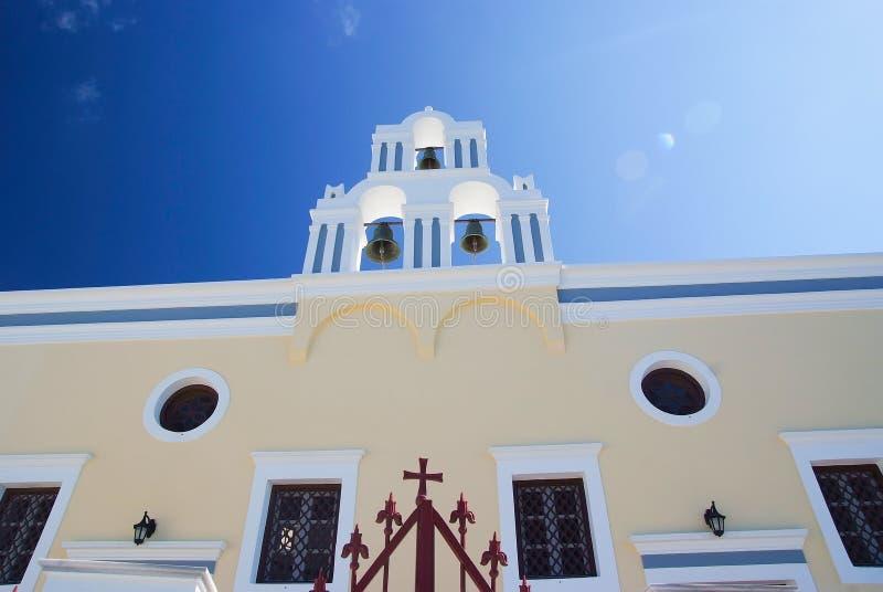 Église blanche orthodoxe grecque avec une tour de cloche image stock