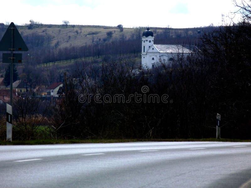 Église blanche sur Hillside image libre de droits