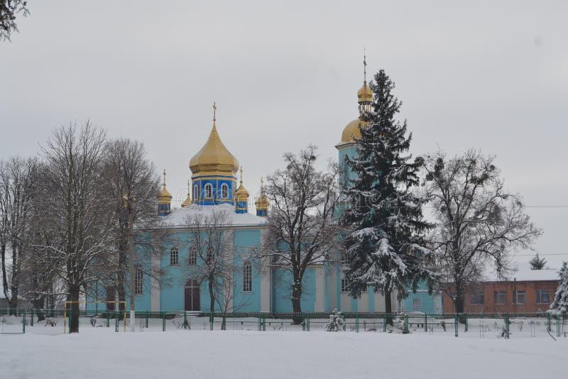 Église bleue avec les dômes jaunes en hiver photographie stock libre de droits
