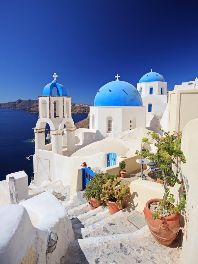 Église bleue de dôme dans le village d'Oia images libres de droits