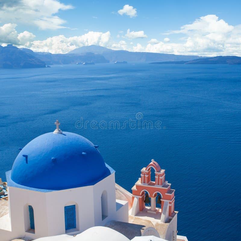 Église bleue et blanche avec la tour de cloche dans Santorini Ville d'Oia, point de rep?re de la Gr?ce photo stock