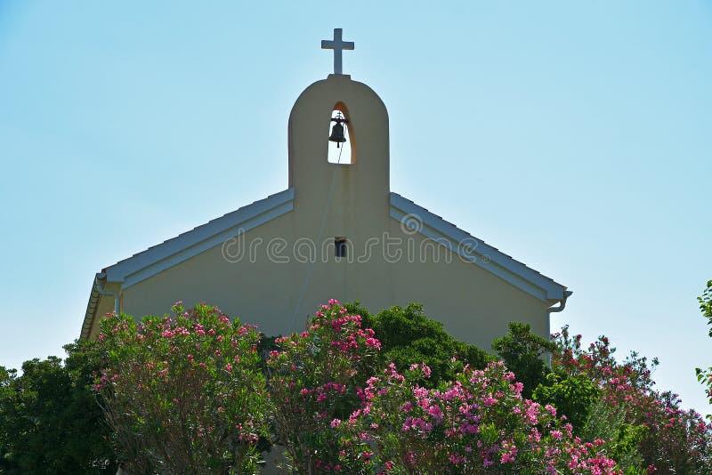 Église catholique avec la tour de cloche photo libre de droits
