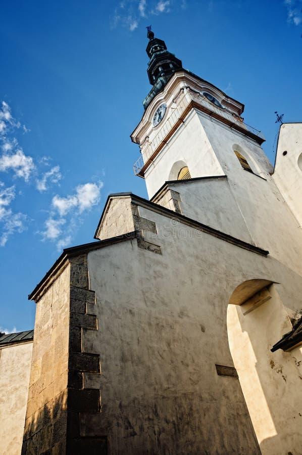 Église catholique dans le mesto NAD Vahom de Nove de ville photos stock