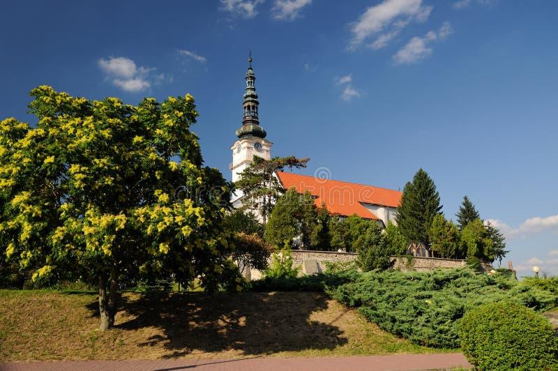 Église catholique dans le mesto NAD Vahom de Nove de ville images stock