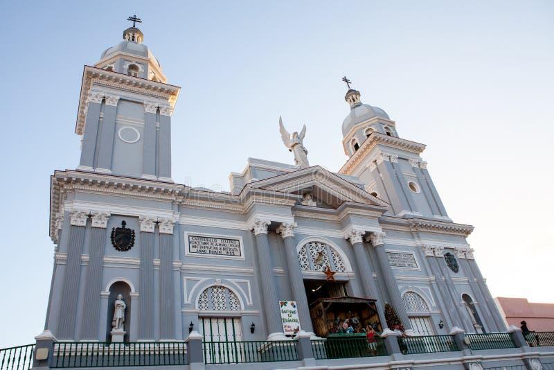 Église catholique de cathédrale pendant le temps de Noël au coucher du soleil dans images libres de droits