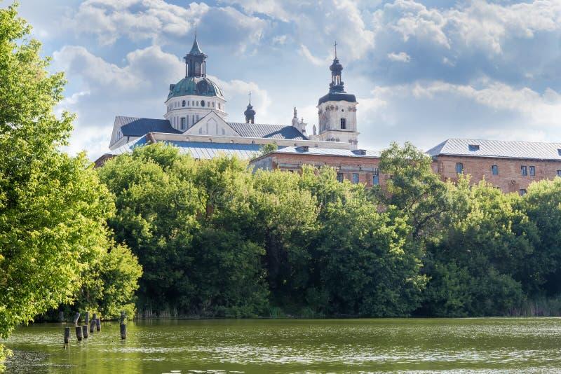 Église catholique de Mariinsky des Carmélites Discalced médiévales monastère, Berdychiv, Ukraine photographie stock libre de droits