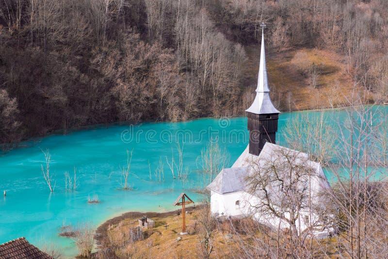 Église catholique et cimetière noyé Lac de rebut avec du cyanure PO photographie stock
