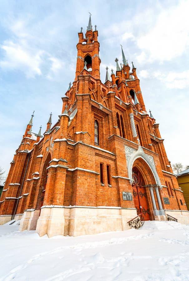 Église catholique romaine dans l'hiver Paroisse du coeur sacré photo stock