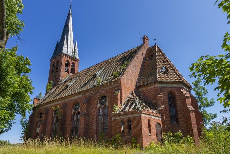 Église chrétienne abandonnée de brique rouge photos stock