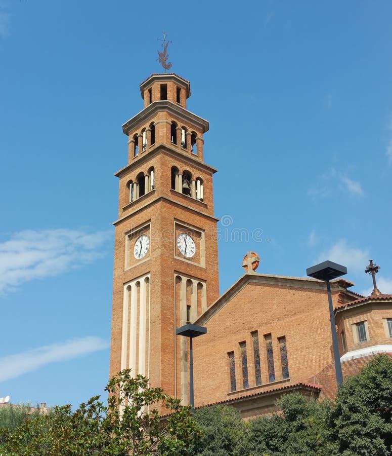 Église chrétienne au centre de la ville sur un ensoleillé dimanche matin photographie stock