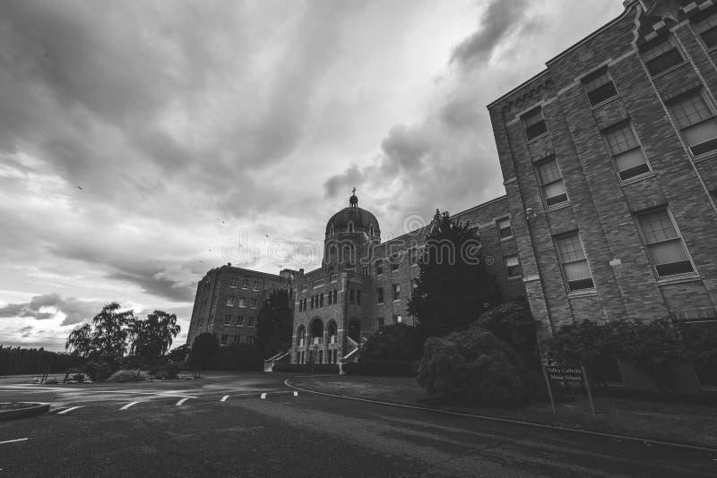 Église chrétienne ou catholique avec le ciel nuageux ci-dessus images libres de droits
