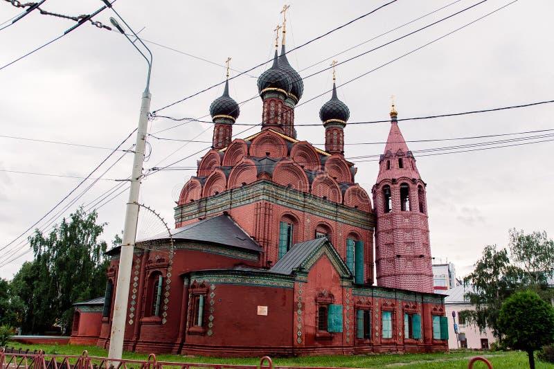 Église classique russe faite de briques rouges photographie stock libre de droits
