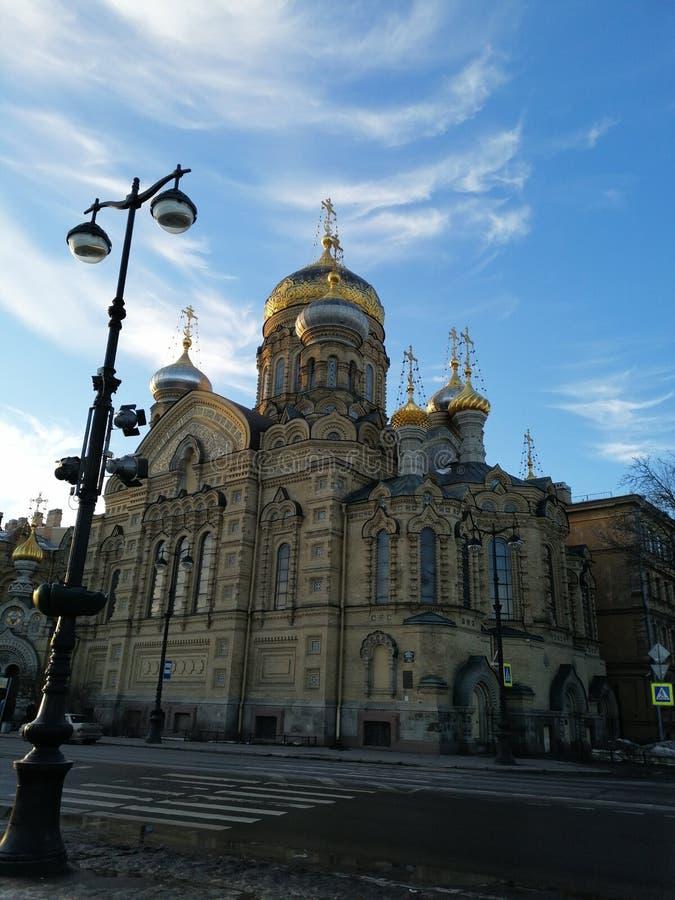 Église contre le ciel bleu sur le bord de mer photographie stock libre de droits