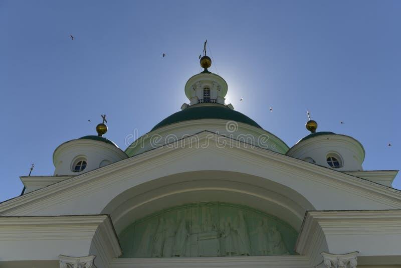 Église, dôme, croix, ciel, oiseaux, religion, grandeur, orthodoxie, architecture, le soleil photographie stock