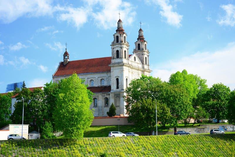 Église d'archange de Vilnius sur la rivière Neris de conseil photographie stock libre de droits