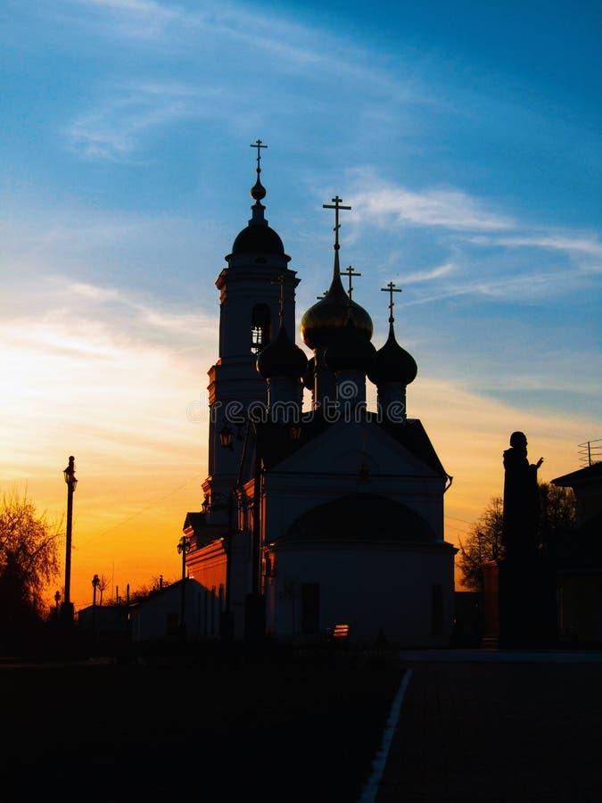 Église d'orthodoxie pendant le coucher du soleil image stock