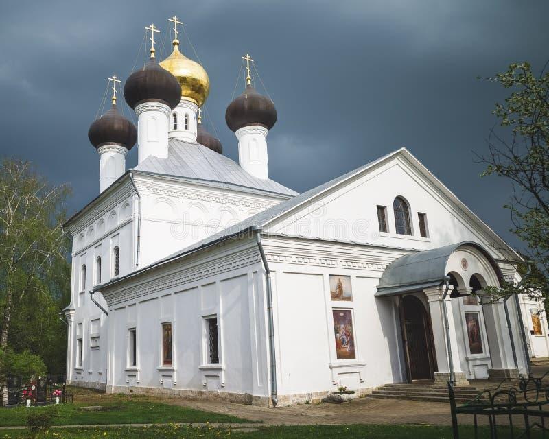 ?glise d'Uspenskaya dans le village Zavidovo, oblast de Tver, Russie photographie stock libre de droits