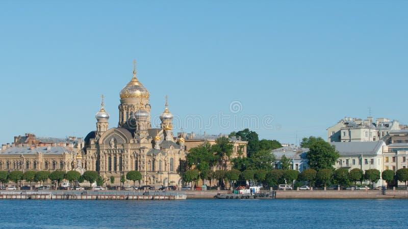 Église d'Uspenskaya sur la rivière d'île et de Neva de Vasilievsky pendant l'été photo libre de droits
