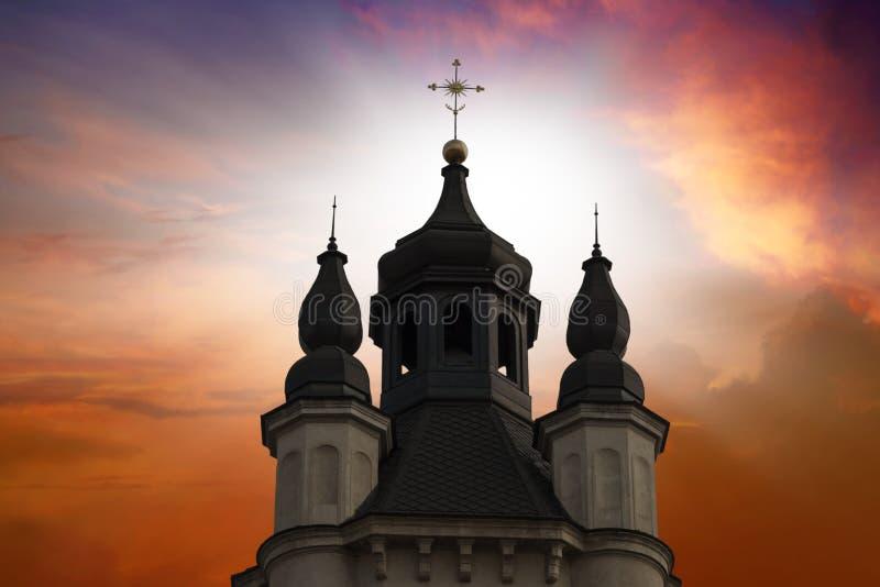 Église dans la perspective du ciel photo stock