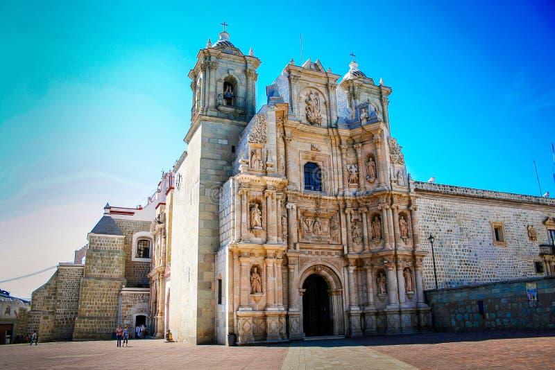 Église dans la ville ciel bleu d'Oaxaca, Mexique image libre de droits