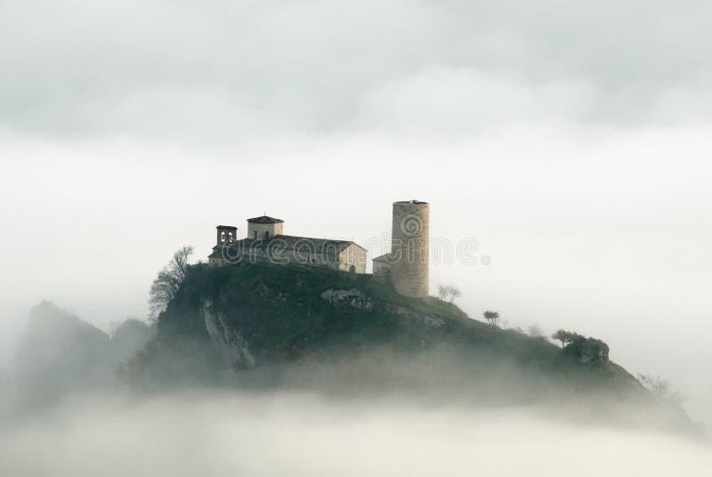 Église dans le brouillard images stock