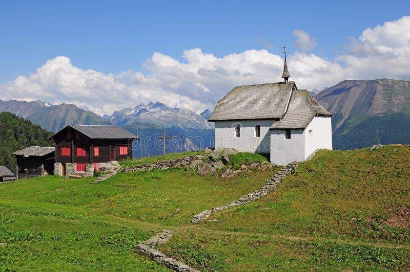 Église dans les Alpes suisses. photo libre de droits