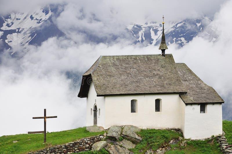 Église dans les Alpes suisses photos libres de droits