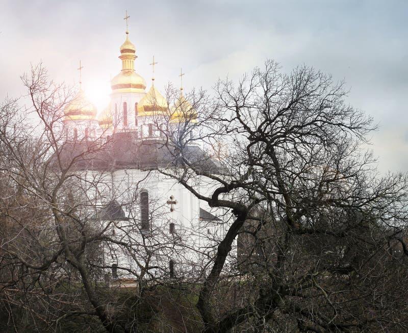 Église dans les arbres Église Vieille église dans Tchernigov Dôme d'or histoire Vieille ville image stock